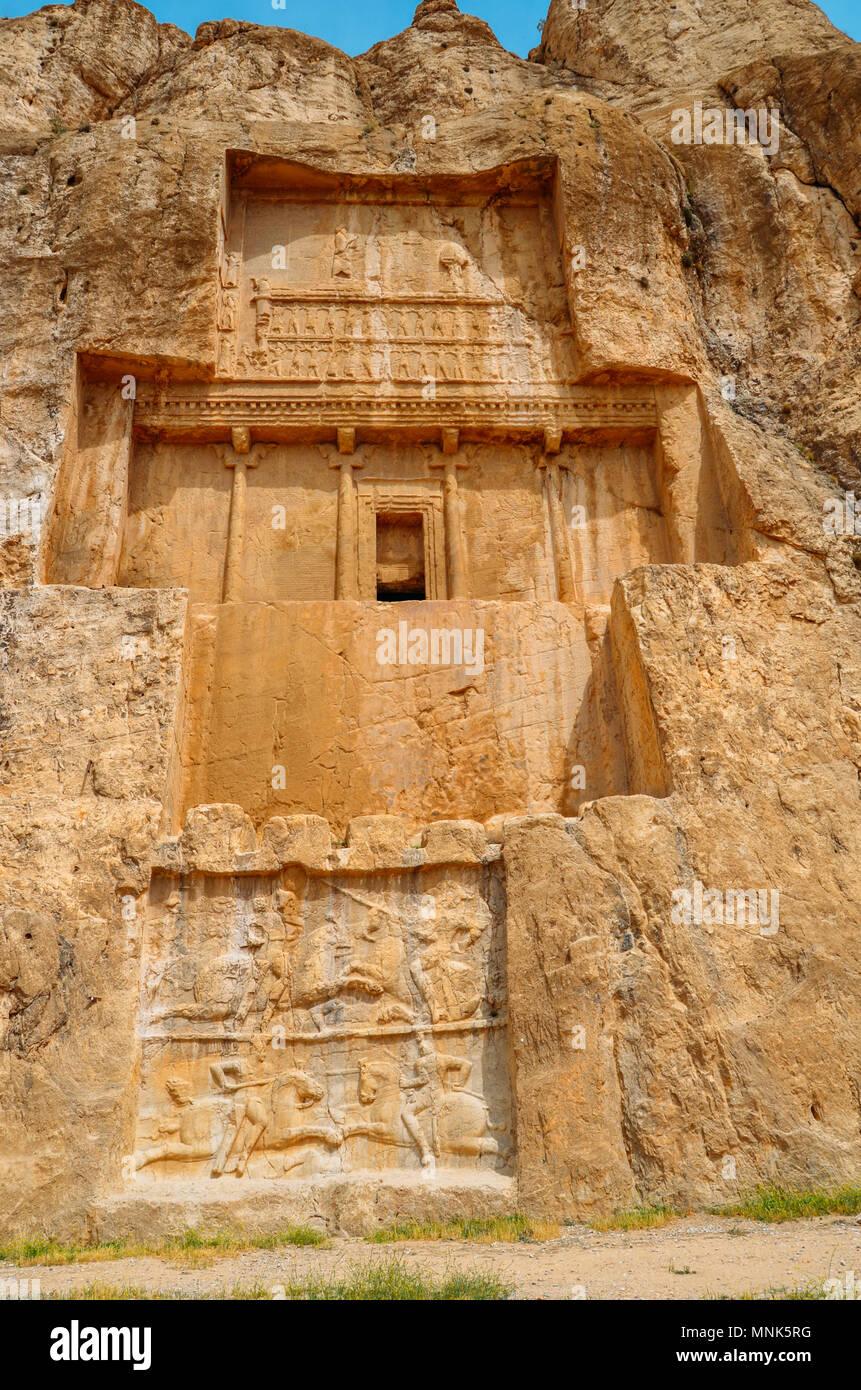 Las tumbas de los reyes de la dinastía aqueménida de Persia están tallados en el acantilado rocoso en Naqsh-e Rustam, Irán. Imagen De Stock