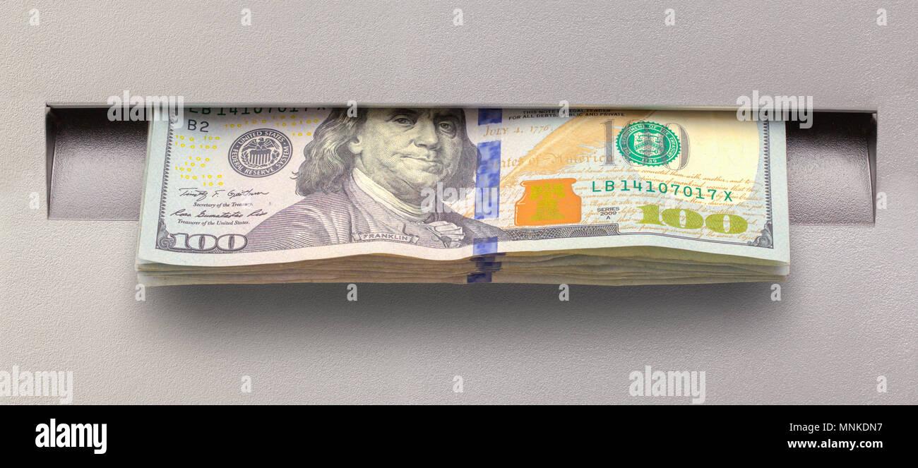 Viniendo de efectivo de un cajero automático del Banco de la ranura. Imagen De Stock