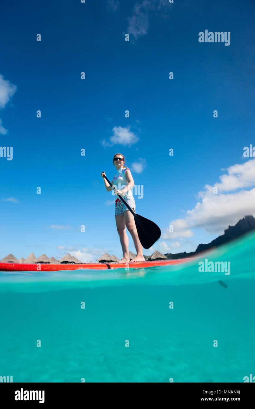 Joven activo en el stand up paddle board Imagen De Stock