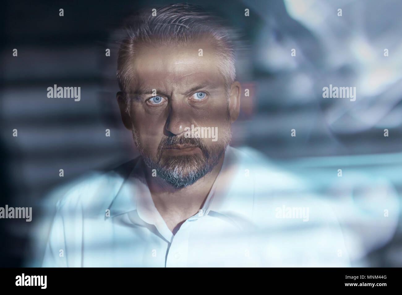 Cerrar borrosa de un hombre de mediana edad turbulenta la cara con los ojos abiertos. Depresión y enfermedad mental concepto. Foto de stock
