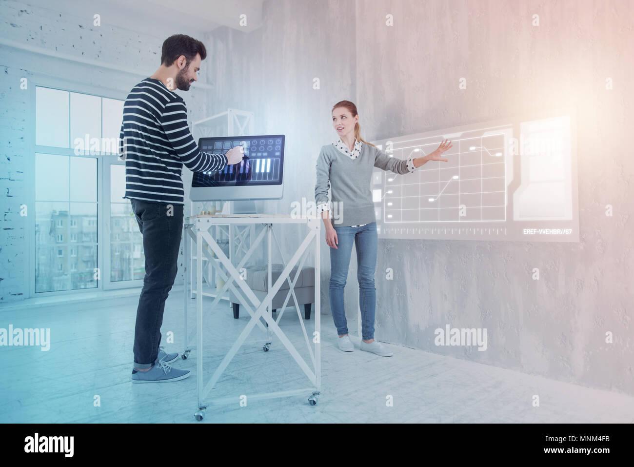 Los desarrolladores de software buscando interesados mientras trabajan juntos Imagen De Stock