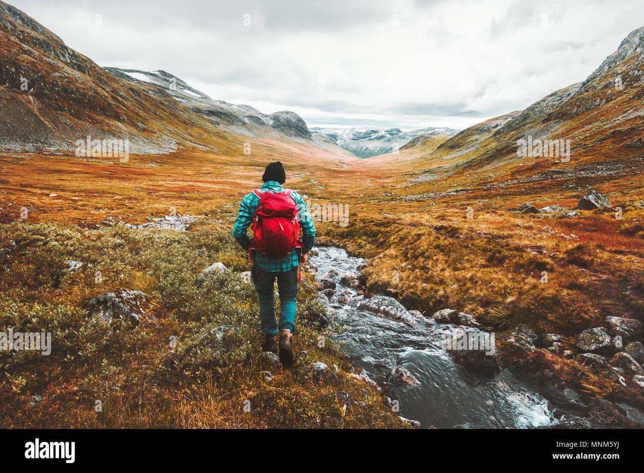 Viajar con mochila turística hombre senderismo en las montañas paisaje activo estilo de vida saludables vacaciones de aventura en Escandinavia Imagen De Stock