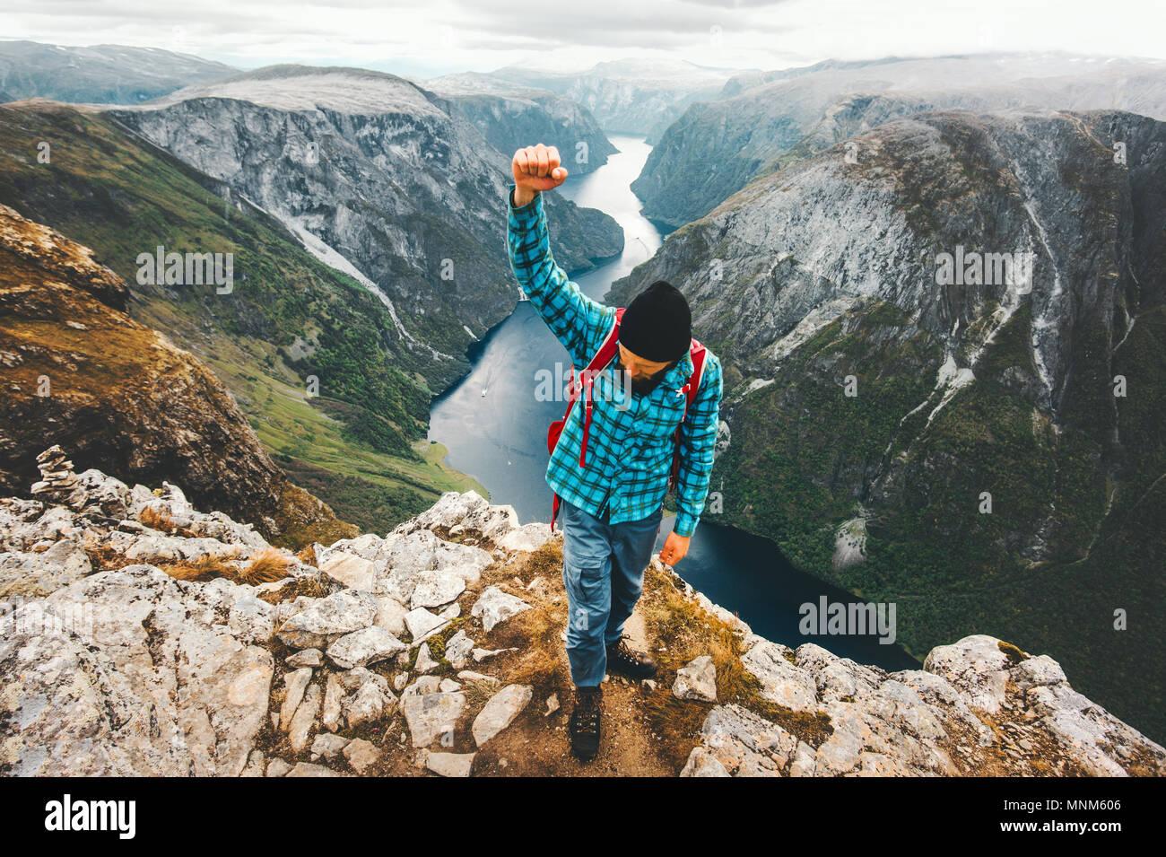 Hombre feliz viajando en Noruega montañas estilo de vida activo durante una escapada de fin de semana vacaciones de la aventura éxito ganador concepto vista aérea paisaje Imagen De Stock