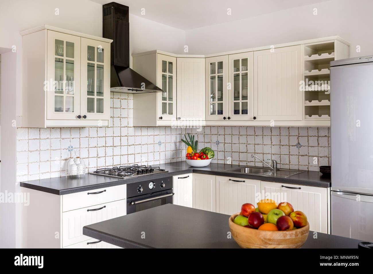 Elegante cocina con muebles blancos, confort y encimera sólido Foto ...