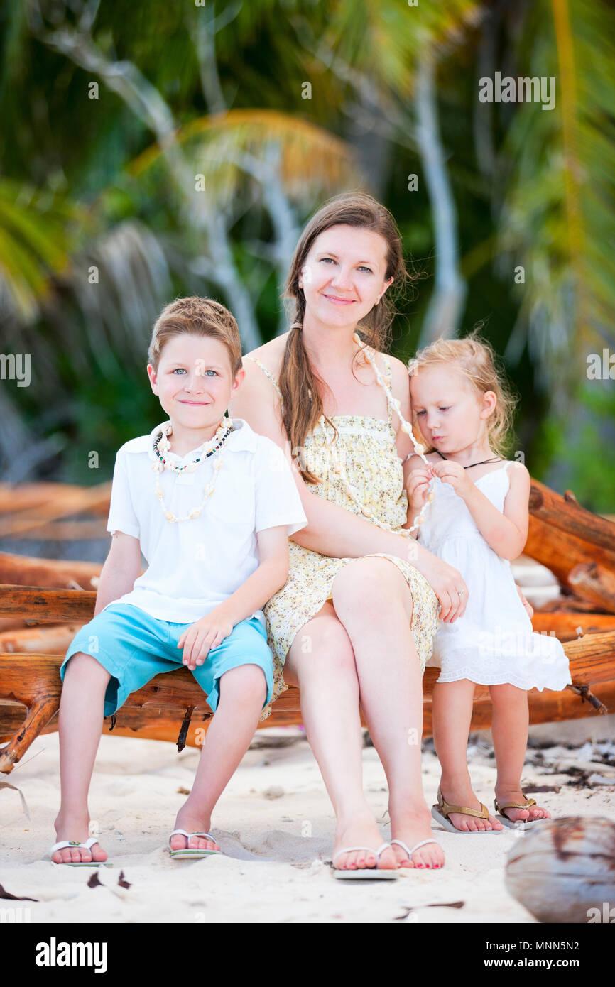 Retrato de familia feliz relajado al aire libre en verano Imagen De Stock