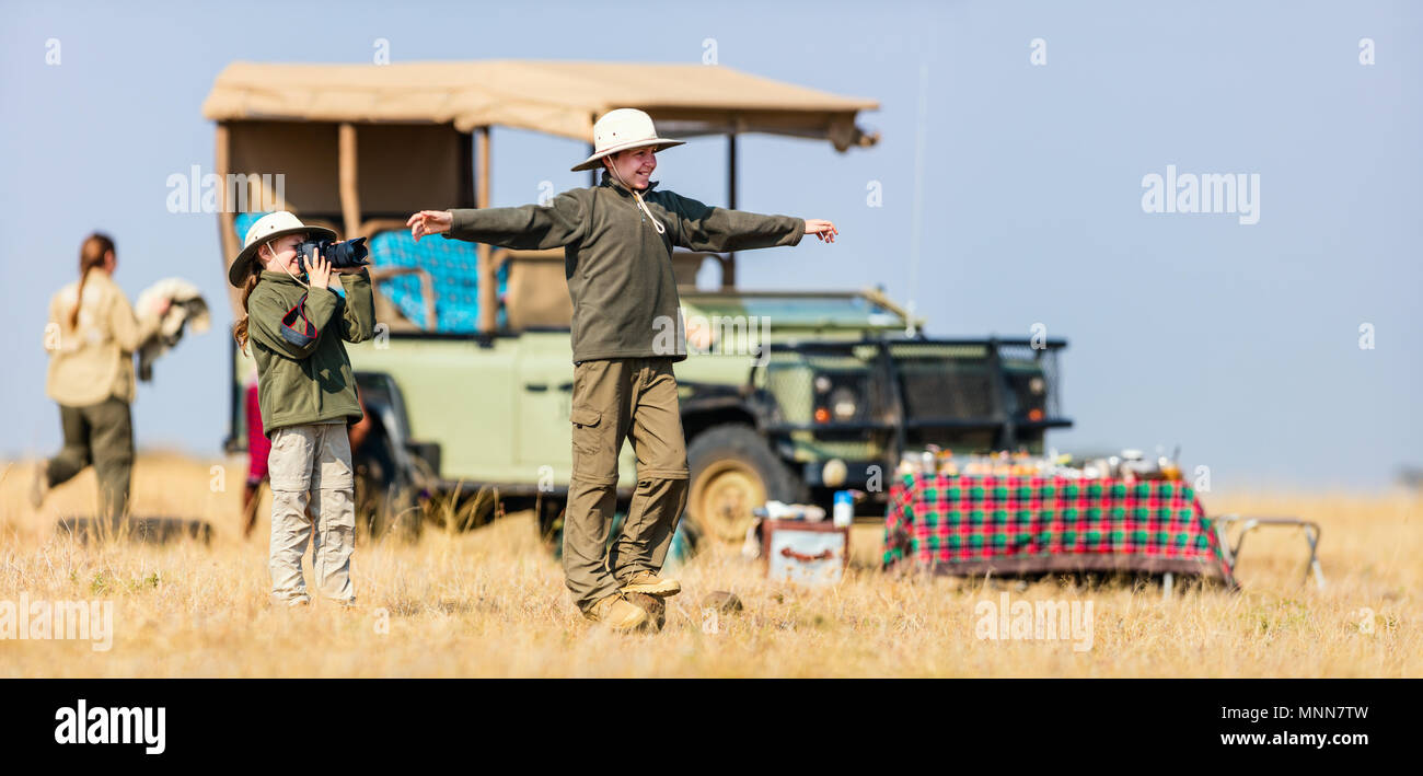 Los niños hermano y hermana en safari africano vacaciones disfrutando de desayuno bush Imagen De Stock