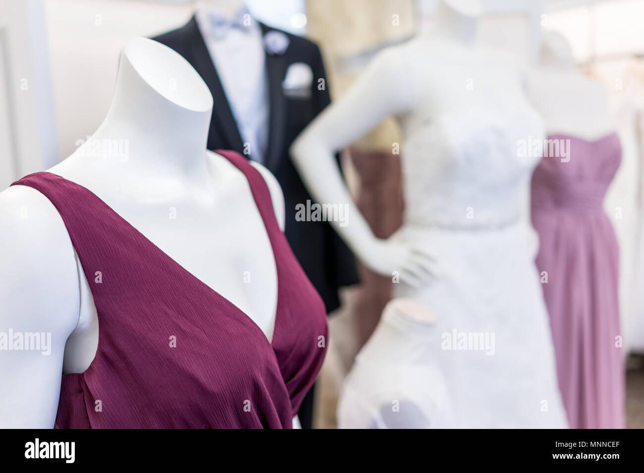 Muchos de boda para el novio y la novia, bridesmaid, madre maniquíes en púrpura, rosa boda traje, traje y corbata, mariposas vestido blanco en la boutique s Imagen De Stock