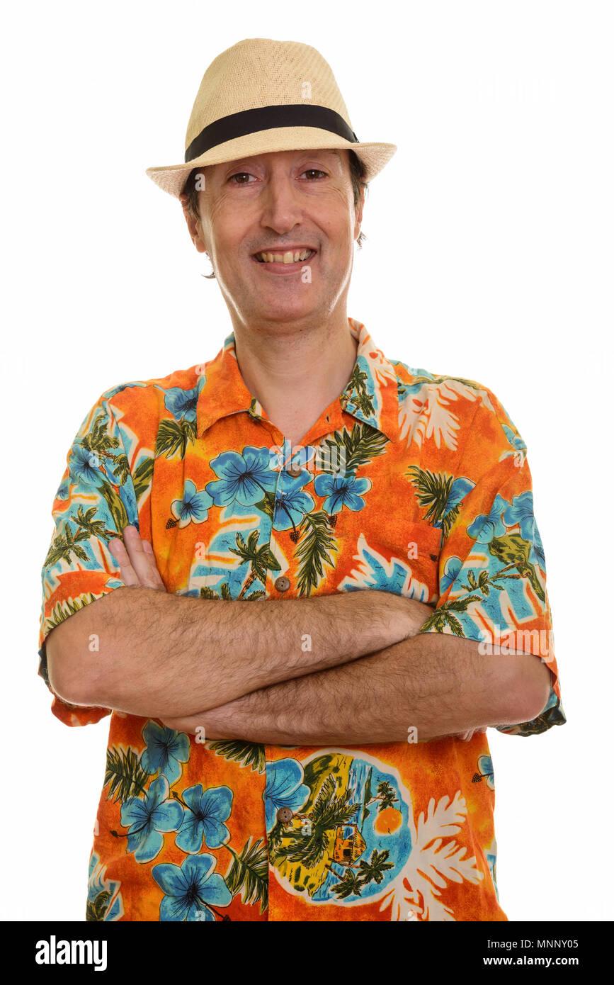 Foto de estudio de hombre maduro feliz sonriendo con los brazos cruzados. Imagen De Stock