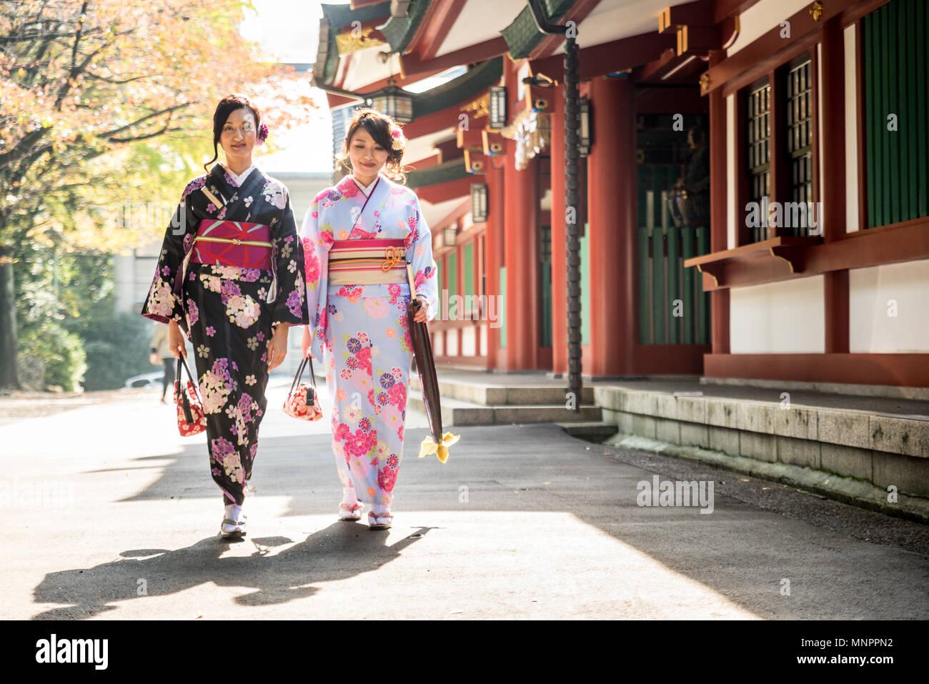 Dos chicas guapas con vestidos tradicionales paseos al aire libre Imagen De Stock