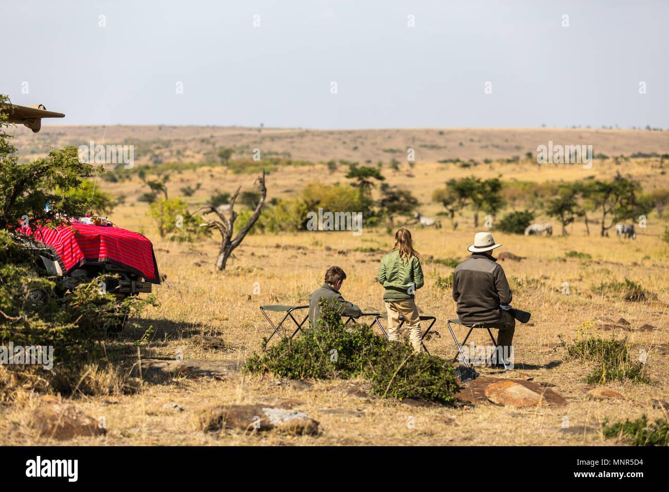 Familia de padre e hijos en safari africano vacaciones disfrutando de la vista de Bush Imagen De Stock