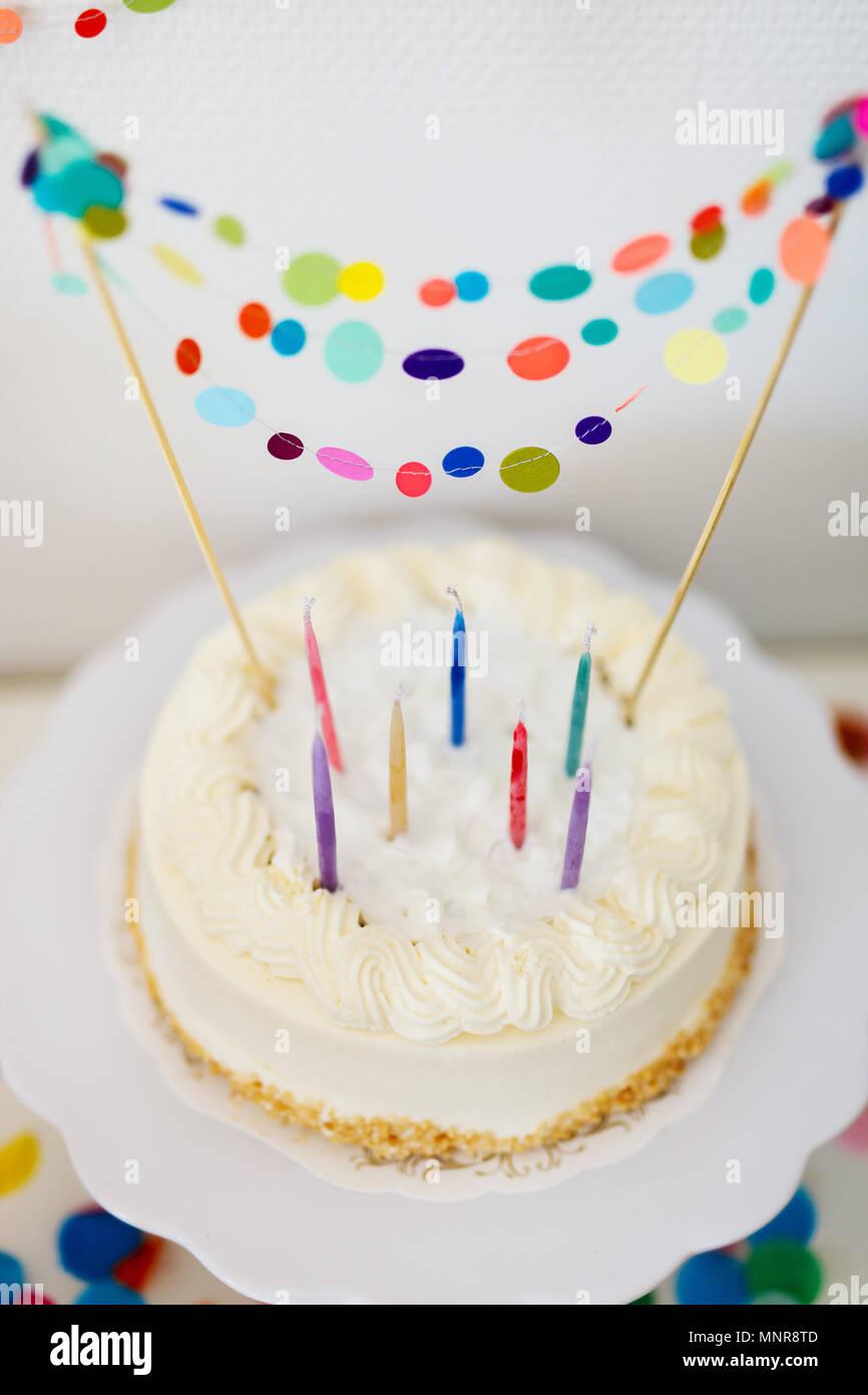 Cerca de un delicioso pastel de cumpleaños decorado con coloridos confeti Foto de stock