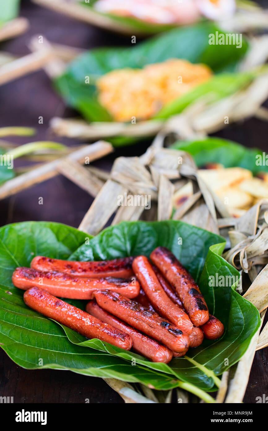Cerca de salchichas asadas servidos en plato teje Foto de stock