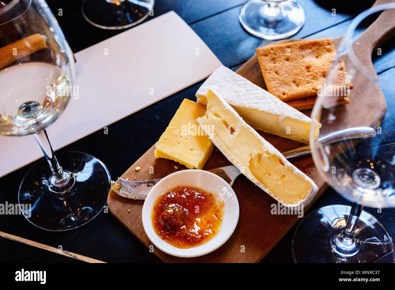 Cata de vinos y quesos en Sudáfrica estate en Western Cape región vitivinícola Imagen De Stock