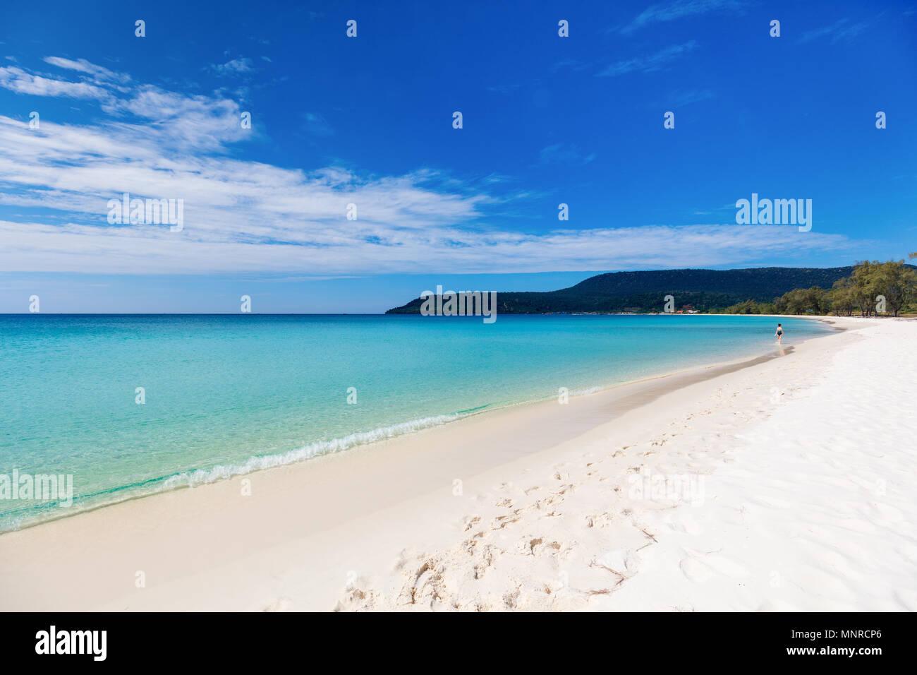 Fotografía de paisaje hermoso exótica playa de arena blanca en la isla de Koh Rong en Camboya Foto de stock