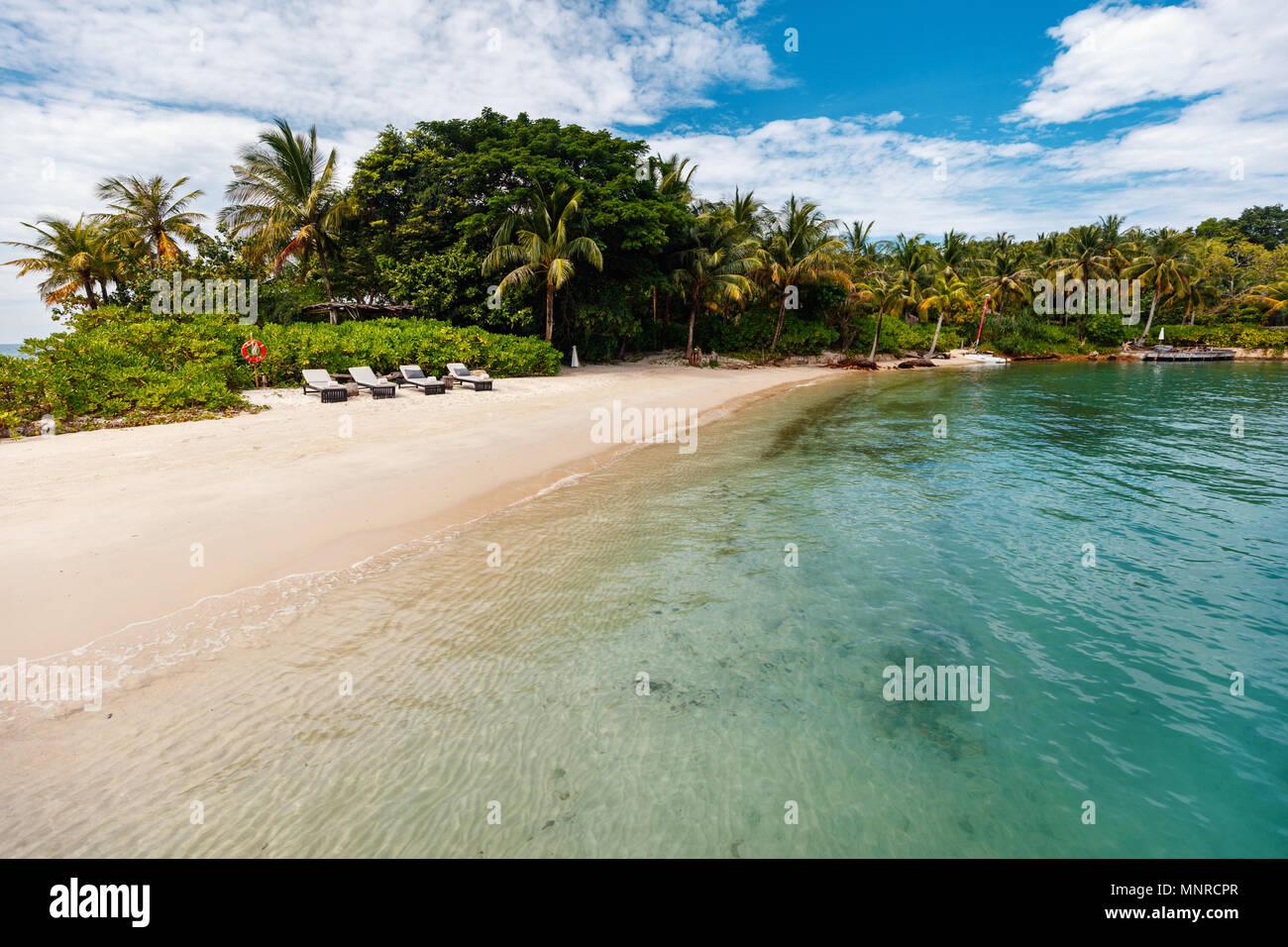 Isla tropical idílica y turquesas aguas del océano Foto de stock