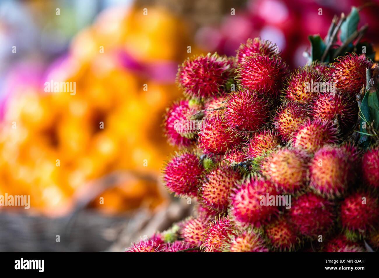 Surtido de frutas exóticas frescas rambután calado en el mercado Foto de stock