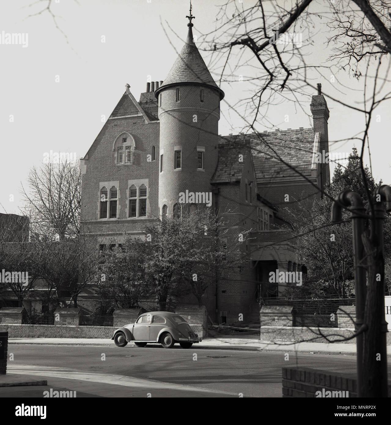 1950, histórica, Vista exterior de la casa de la Torre, una tarde arquitectónicamente importantes-casa victoriana en Kensington, cerca de Holland Park. Londres, Inglaterra, Reino Unido. Construido alrededor de 1878 en estilo neogótico por el diseñador William Burges como su propia casa, en la actualidad es propiedad de Led Zeppelin guitarrista y estrella de rock, Jimmy Page que lo trajo en 1972. La casa en Melbury Road, tiene una historia fascinante y previamente fue poseído por el actor irlandés Richard Harris, quien adquirió de página, supuestamente, superando la leyenda pop de David Bowie. Imagen De Stock