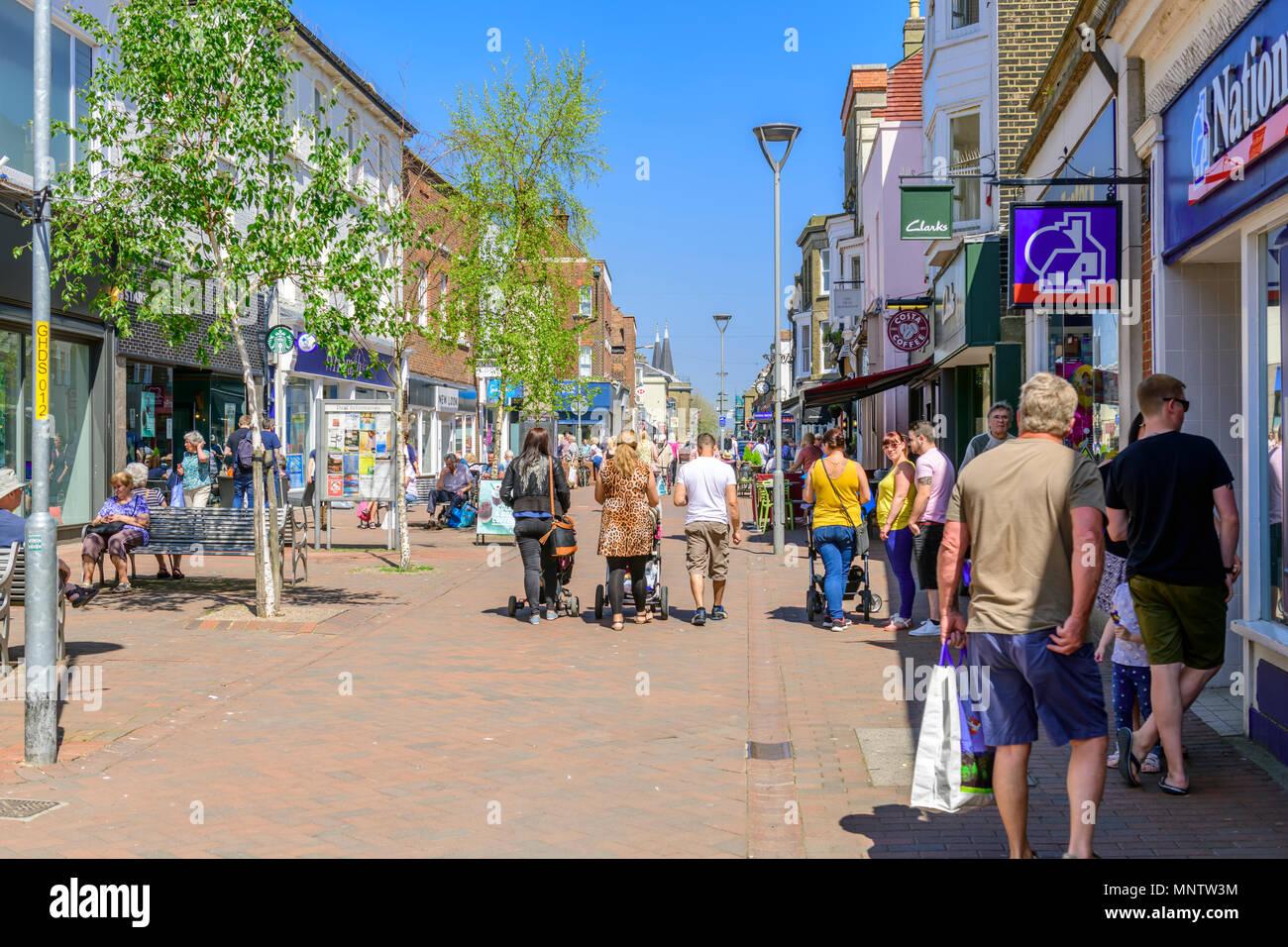 Ajetreado día de compras en la calle alta, tratar, Kent Imagen De Stock