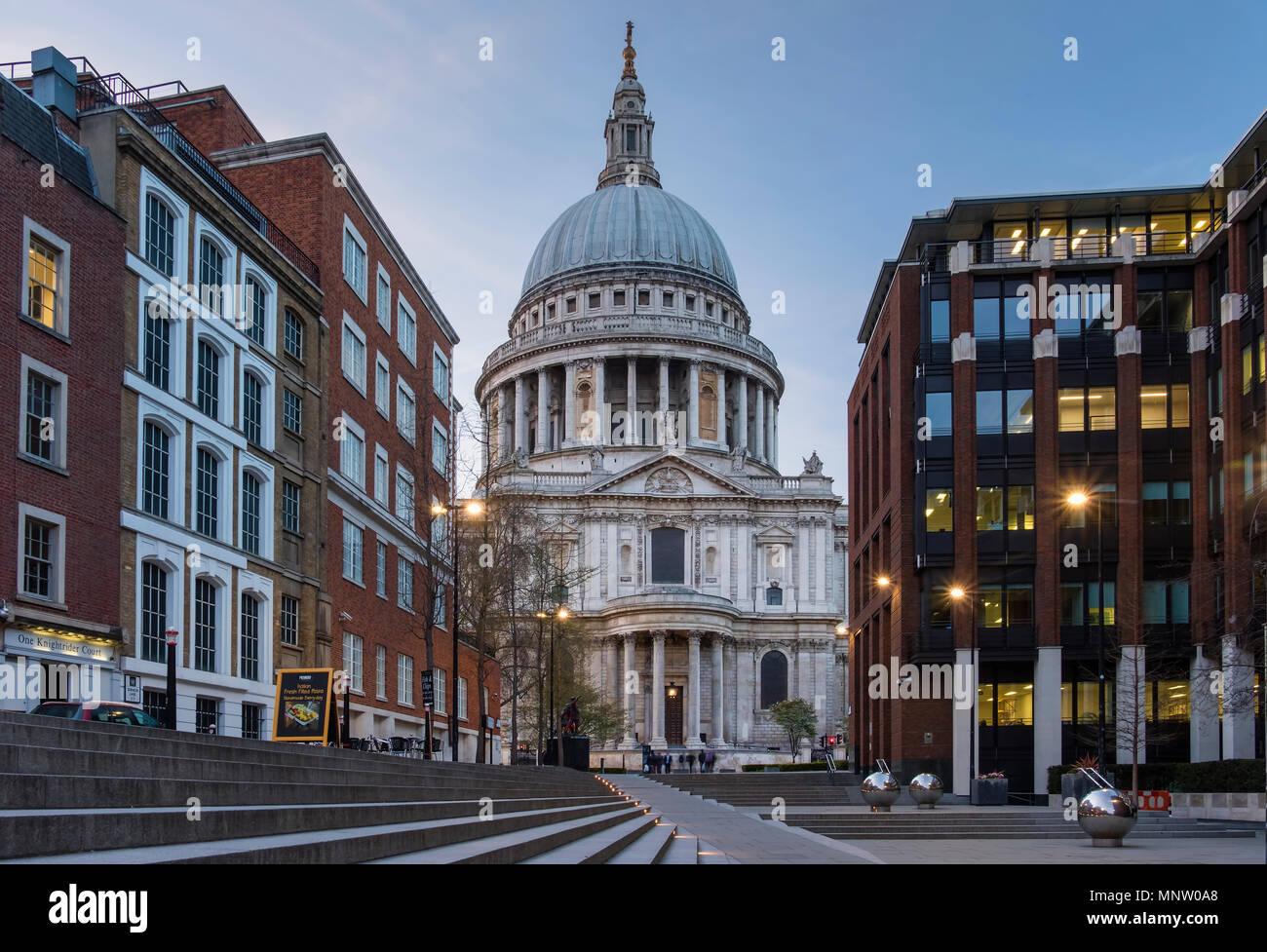 La Catedral de San Pablo desde el sermón Lane, Londres, Inglaterra, Reino Unido. Imagen De Stock