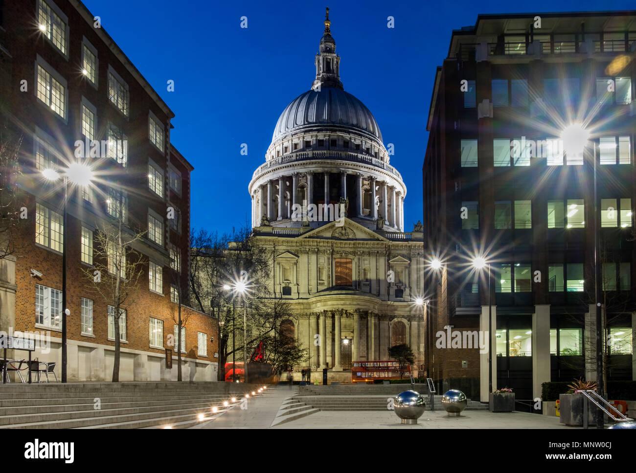La Catedral de San Pablo de Peters Hill por la noche, Londres, Inglaterra, Reino Unido. Imagen De Stock