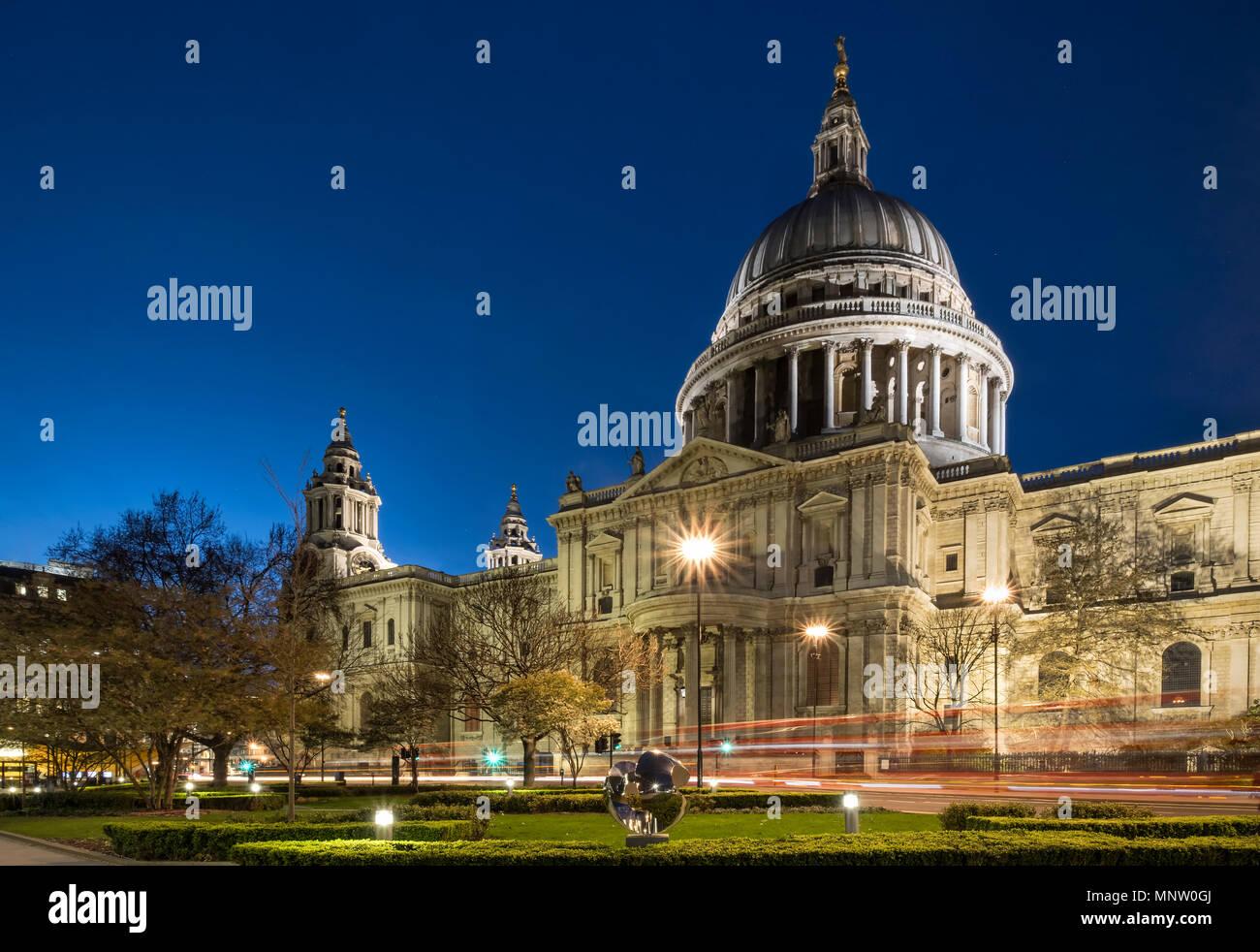La Catedral de San Pablo en la noche, Londres, Inglaterra, Reino Unido. Imagen De Stock
