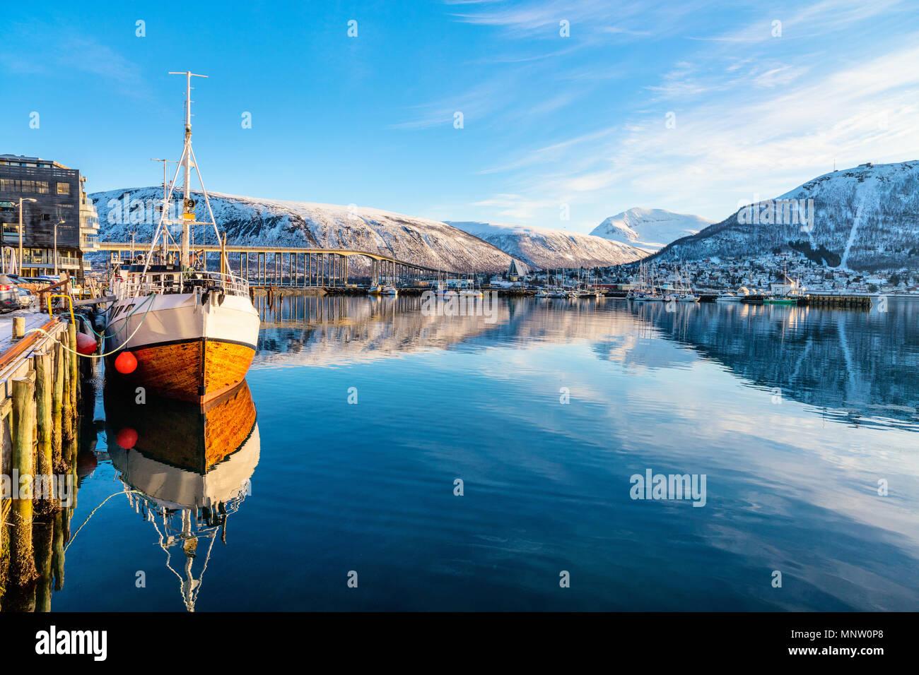 Hermoso paisaje de invierno de la nieve cubrió la ciudad de Tromso, en el norte de Noruega. Foto de stock