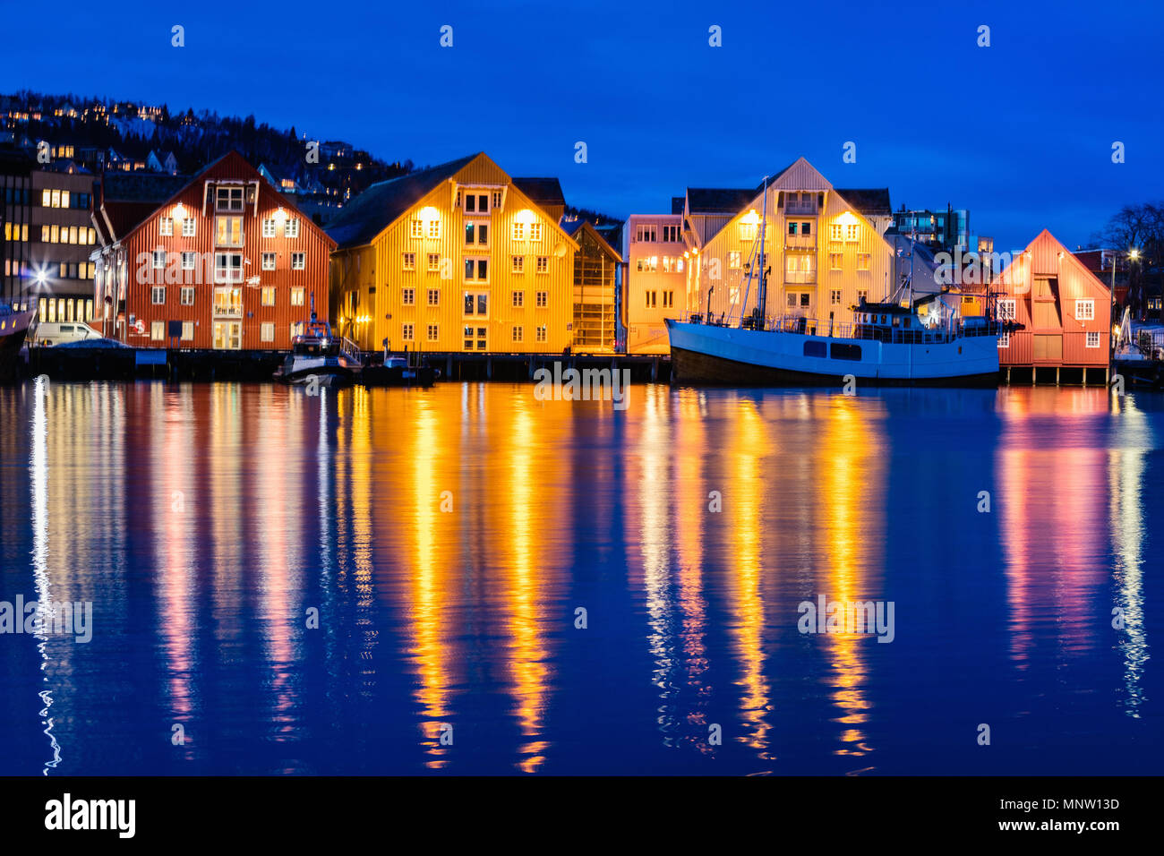 Hermosa ciudad de Tromso, en el norte de Noruega en el crepúsculo crepúsculo Foto de stock