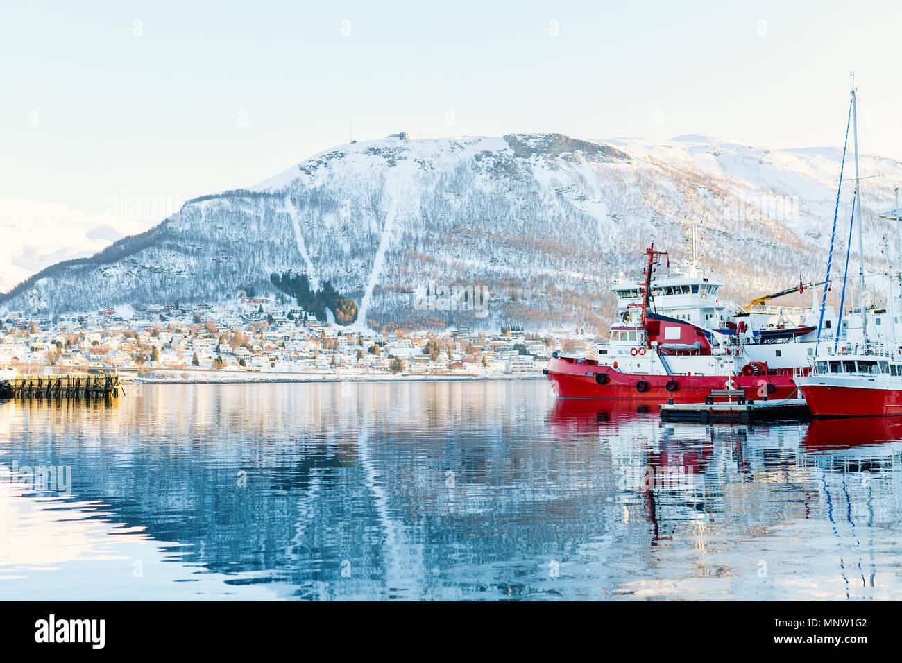 Hermoso paisaje de invierno de la nieve cubrió la ciudad de Tromso, en el norte de Noruega. Imagen De Stock