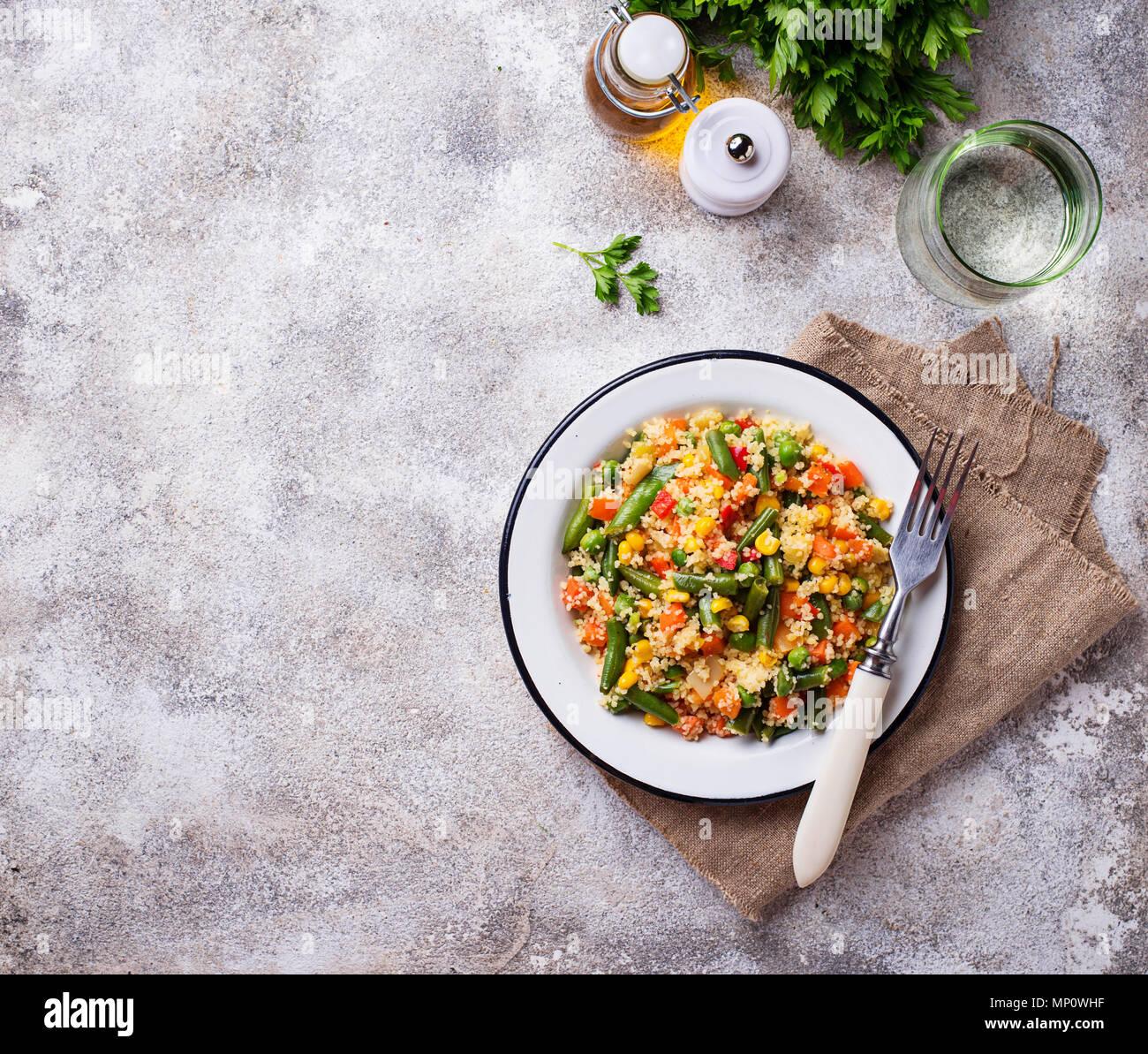 Plato vegetariano Cuscús con verduras Foto de stock