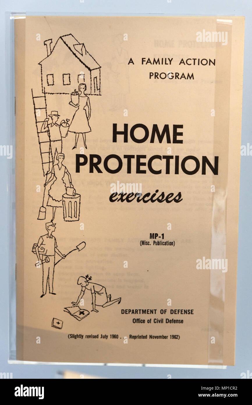 Un folleto de la guerra fría describiendo Home Ejercicios de protección en caso de ataque nuclear Imagen De Stock