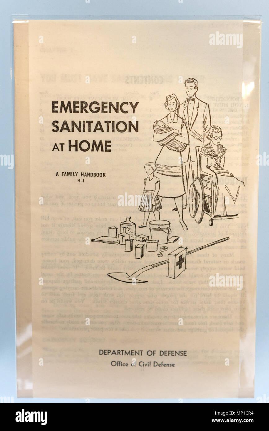 Un folleto de la guerra fría describiendo el saneamiento doméstico de emergencia en caso de ataque nuclear Imagen De Stock