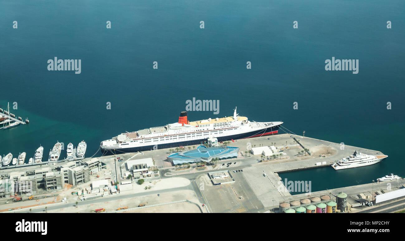 Dubai, Emiratos Árabes Unidos - Mayo 18, 2018: La Reina Isabel II, en el puerto de Dubai por delante de su gran apertura como un hotel. Imagen De Stock