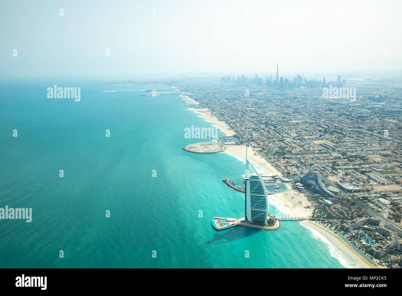Vista aérea de la ciudad de Dubai, la playa y el mar en un día claro y soleado. Imagen De Stock