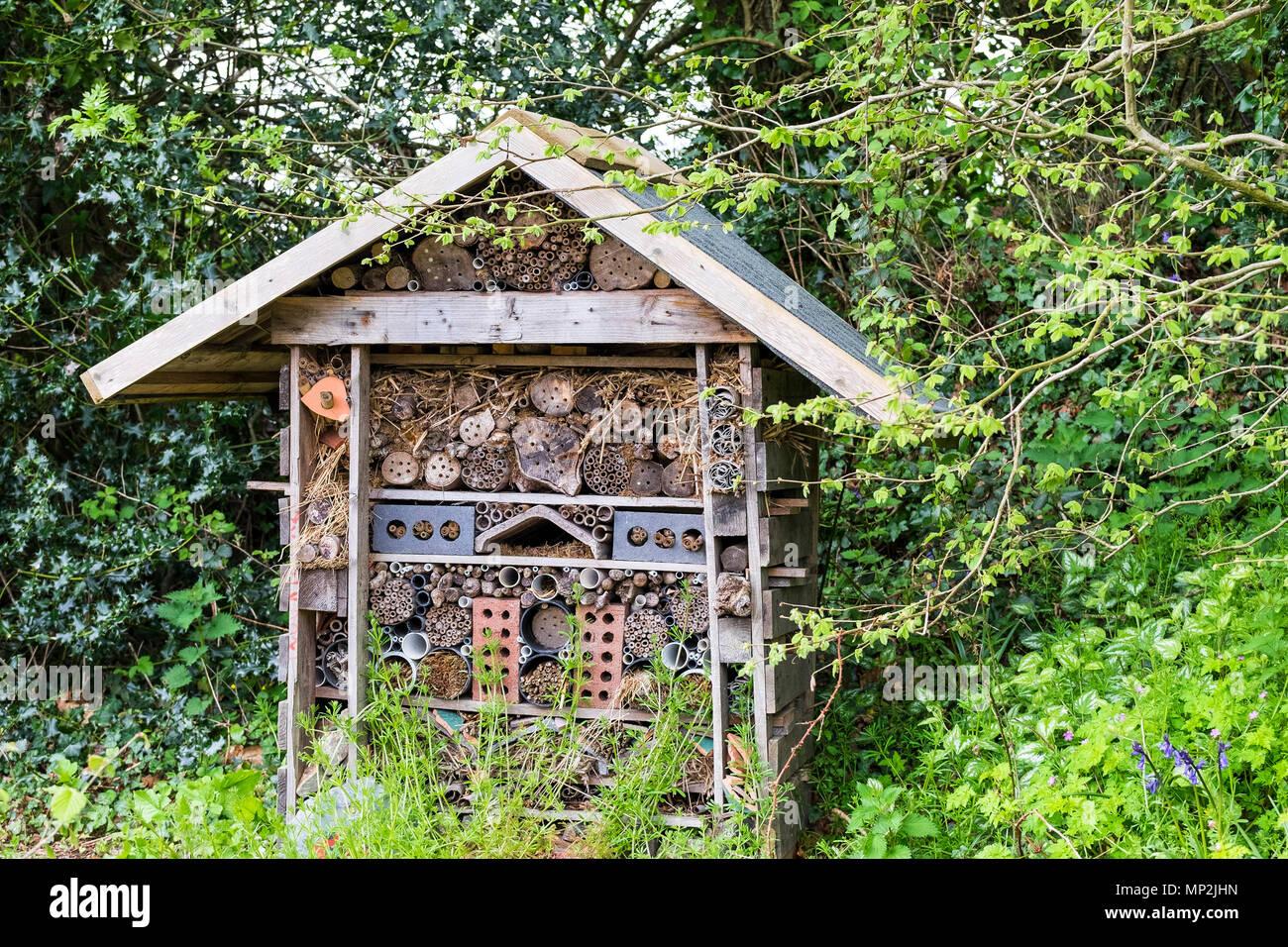 Un bug hotel construido para alentar a los insectos y bichos. Imagen De Stock
