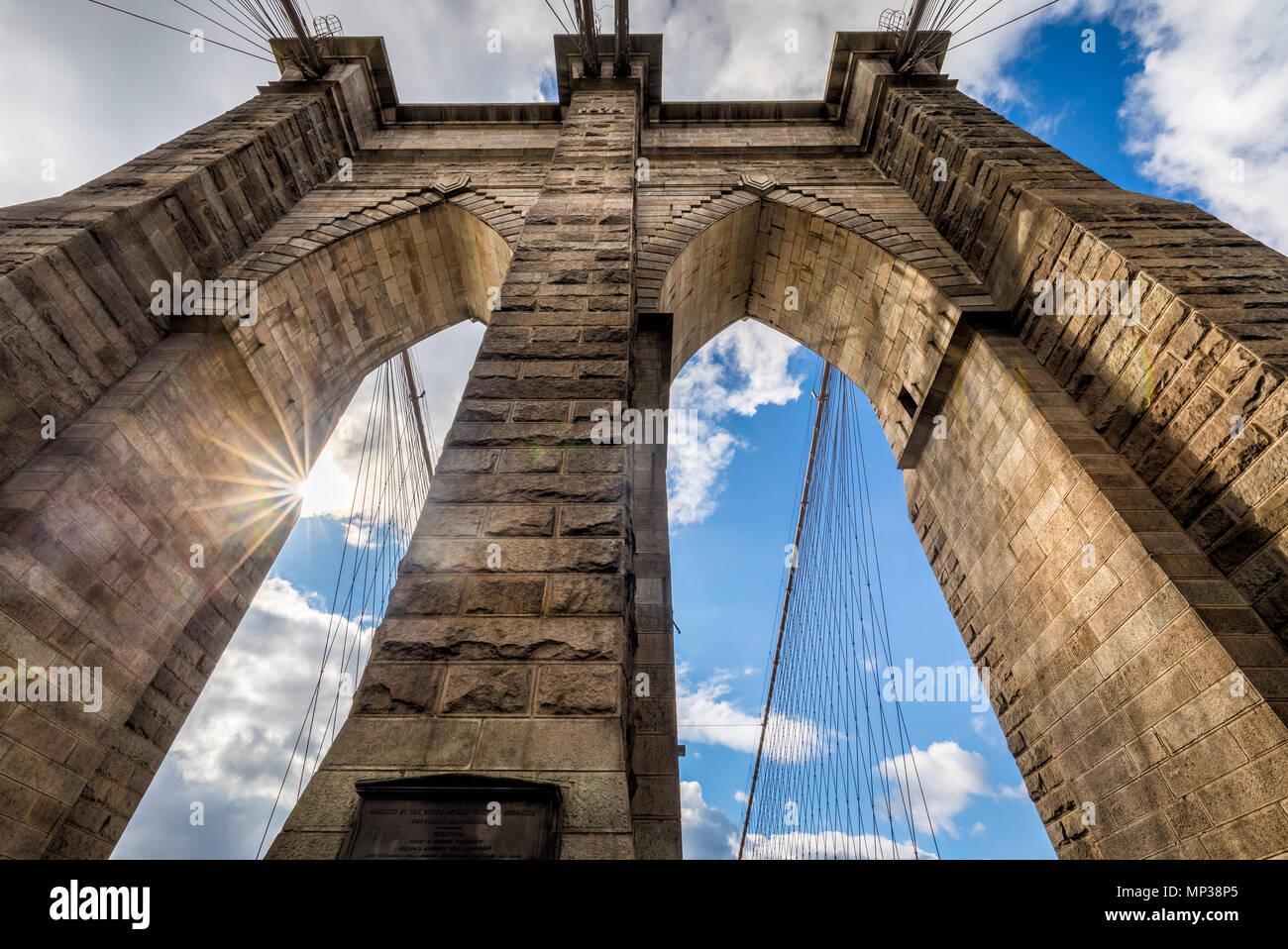 Los enormes arcos del puente de Brooklyn en Nueva York, Estados Unidos. Imagen De Stock