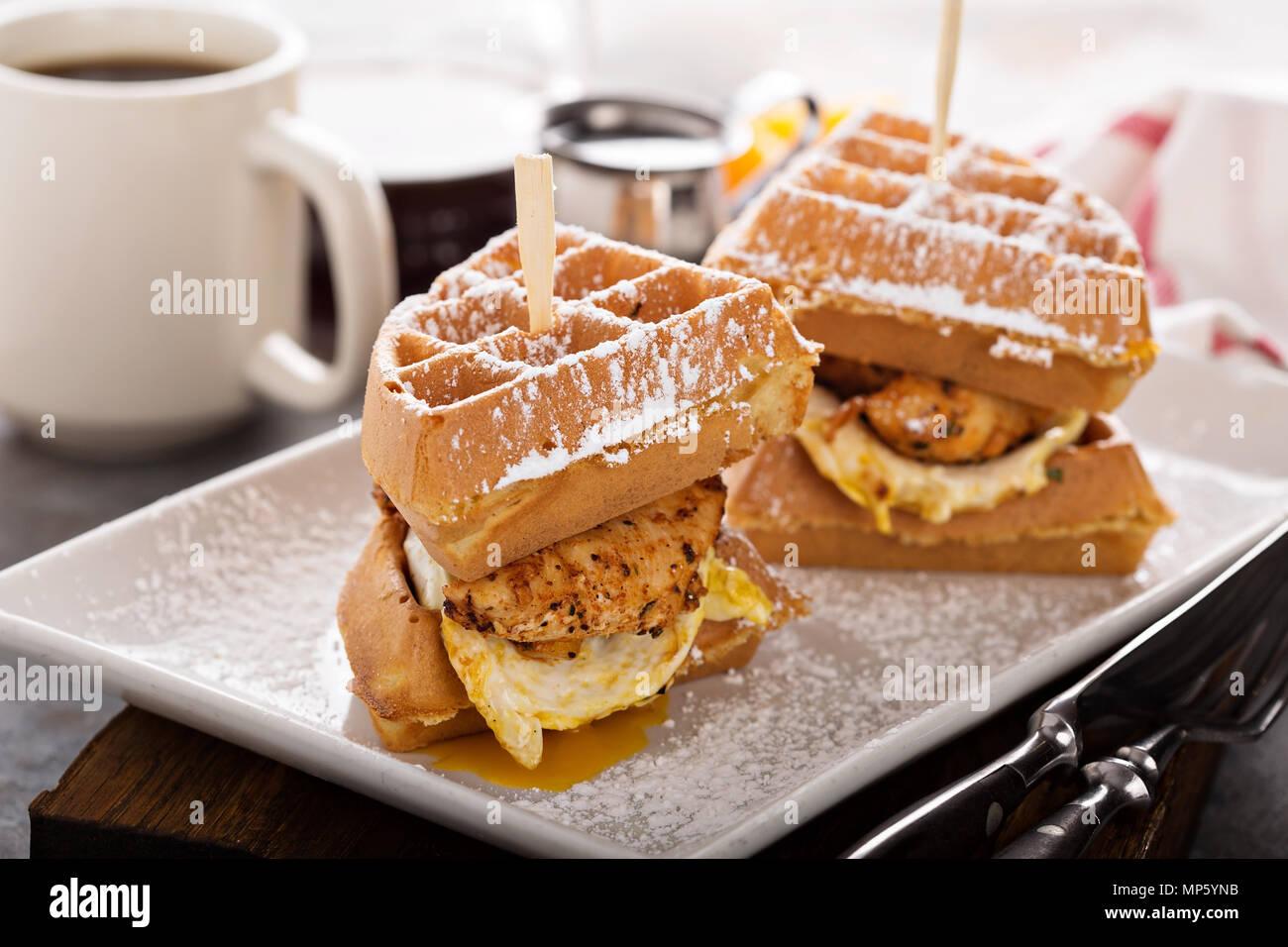 Waffle, huevo frito y sándwich de pescado Imagen De Stock