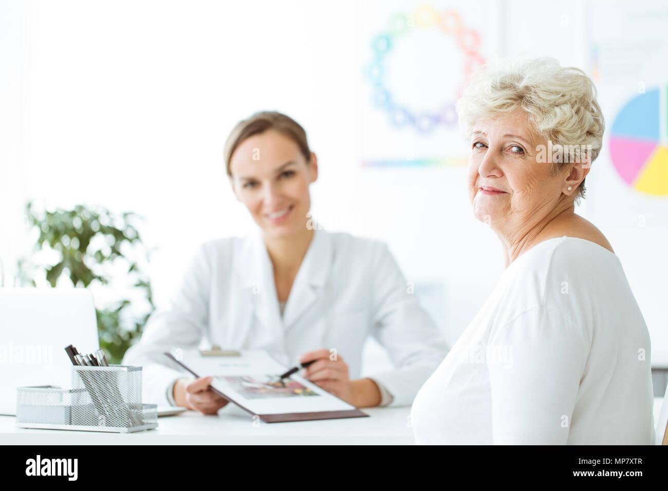 Diabético sonriente obtiene un plan de dieta personalizada de nutricionista profesional. Dietista consulta concepto Imagen De Stock