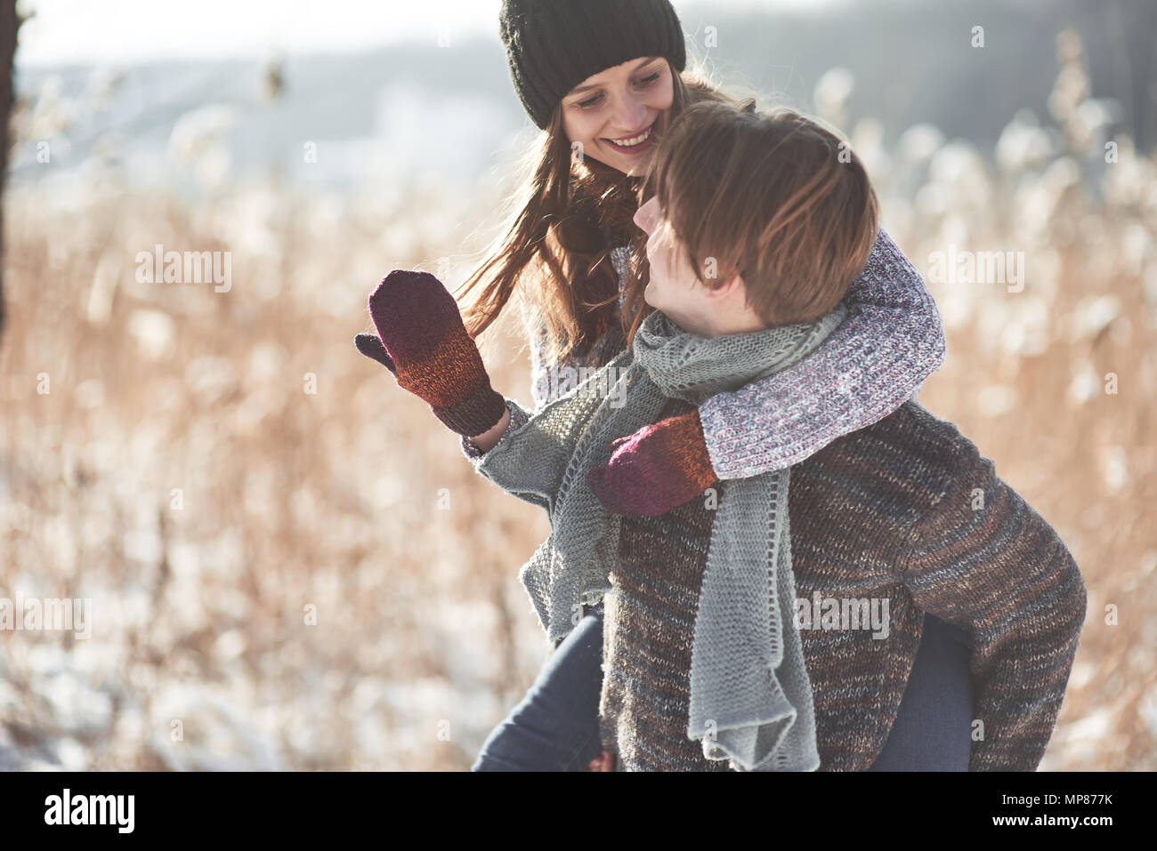 Pareja feliz navidad en amor abrazo en el frío invierno nevado bosque, espacio de copia, celebración de fiestas de Año nuevo, las vacaciones y las vacaciones, los viajes, el amor y las relaciones Imagen De Stock