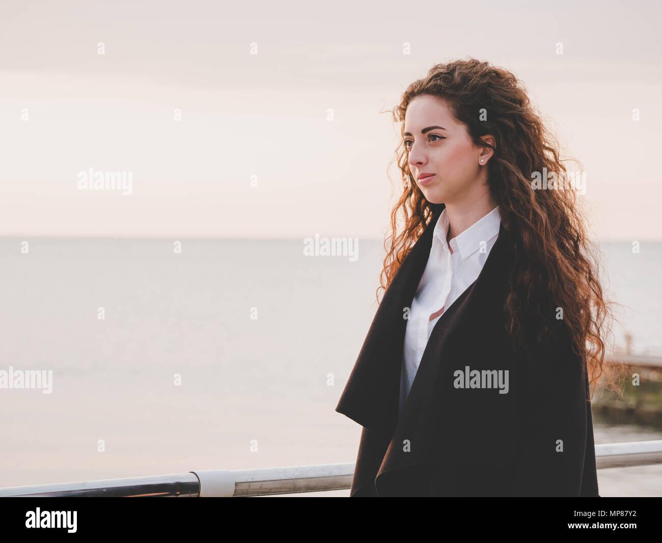 Mujer Negro Soleada Cámara Moda La En De Playa Cabello Chica Estilo Abrigo  Primavera Negocios Largo ... c63eb257e572