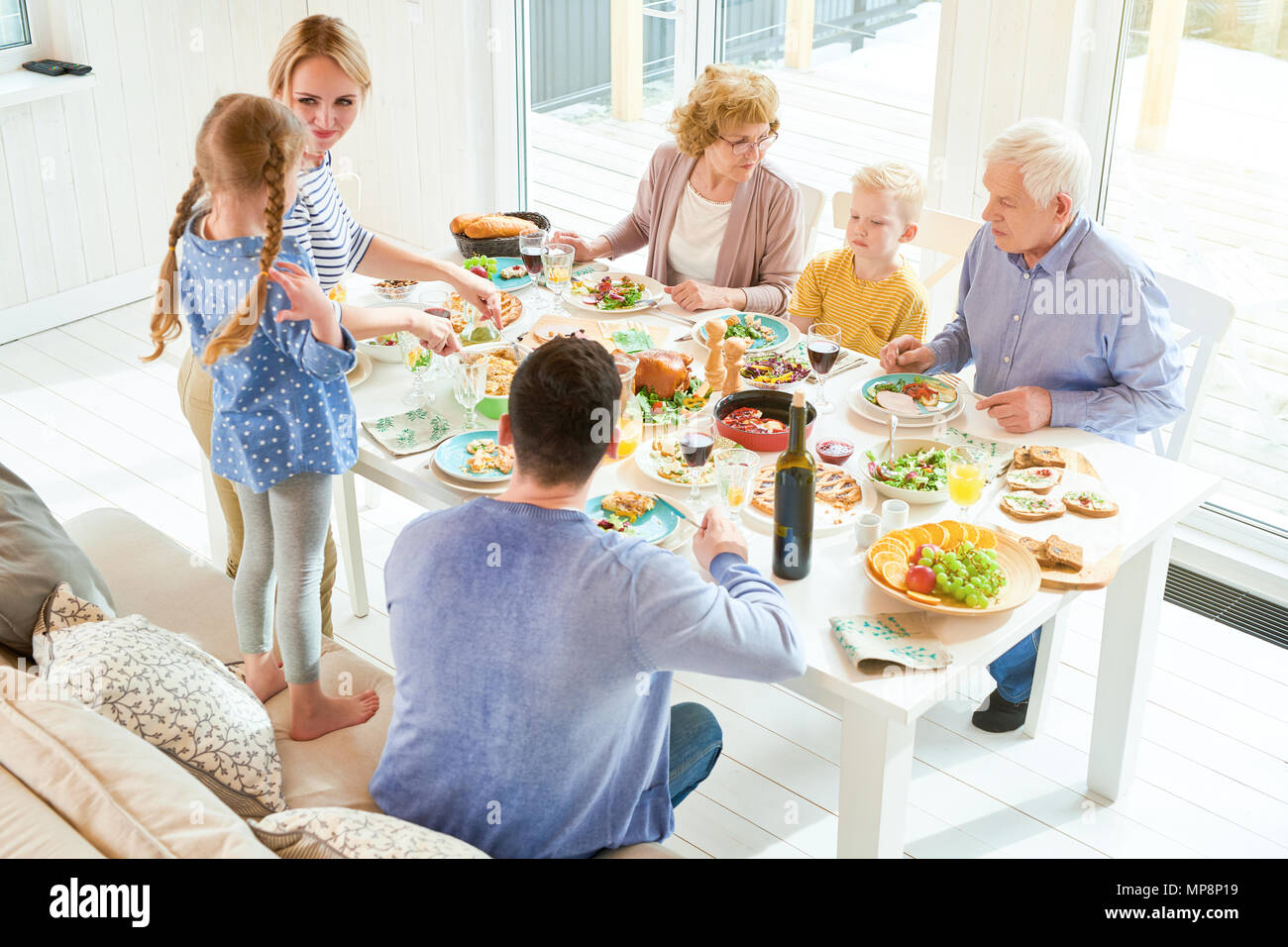 Familia feliz encuentro en la luz del sol Imagen De Stock