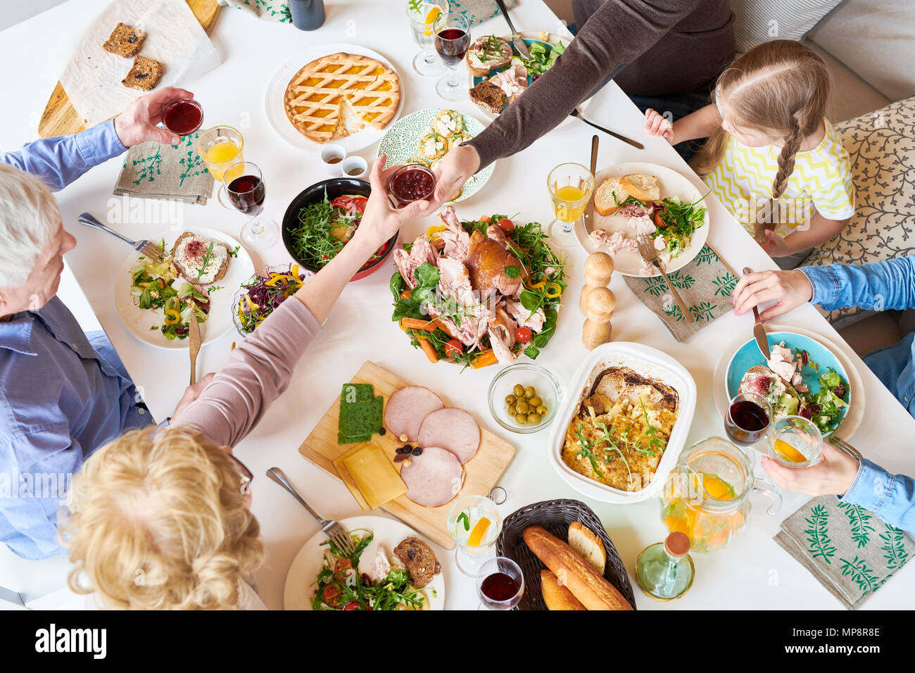 Vista anterior de la cena familiar. Imagen De Stock
