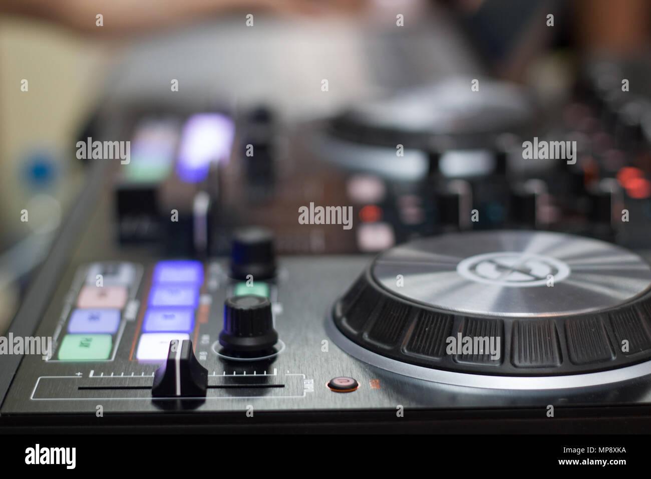 Remote y mezclador de DJ para la música Foto de stock