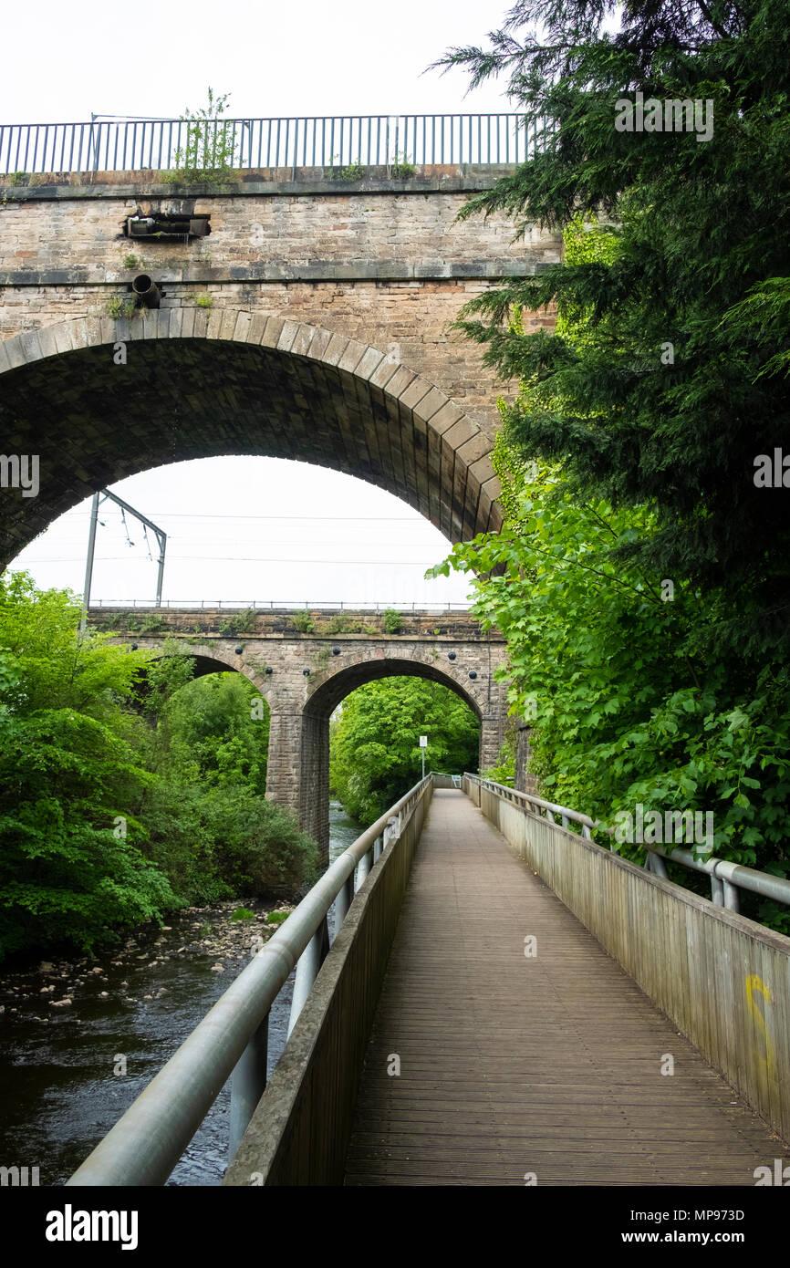 Vista de Water of Leith Walkway, ya que pasa por debajo del acueducto, llevando la Union canal en Edimburgo, Escocia, Reino Unido, UK Imagen De Stock