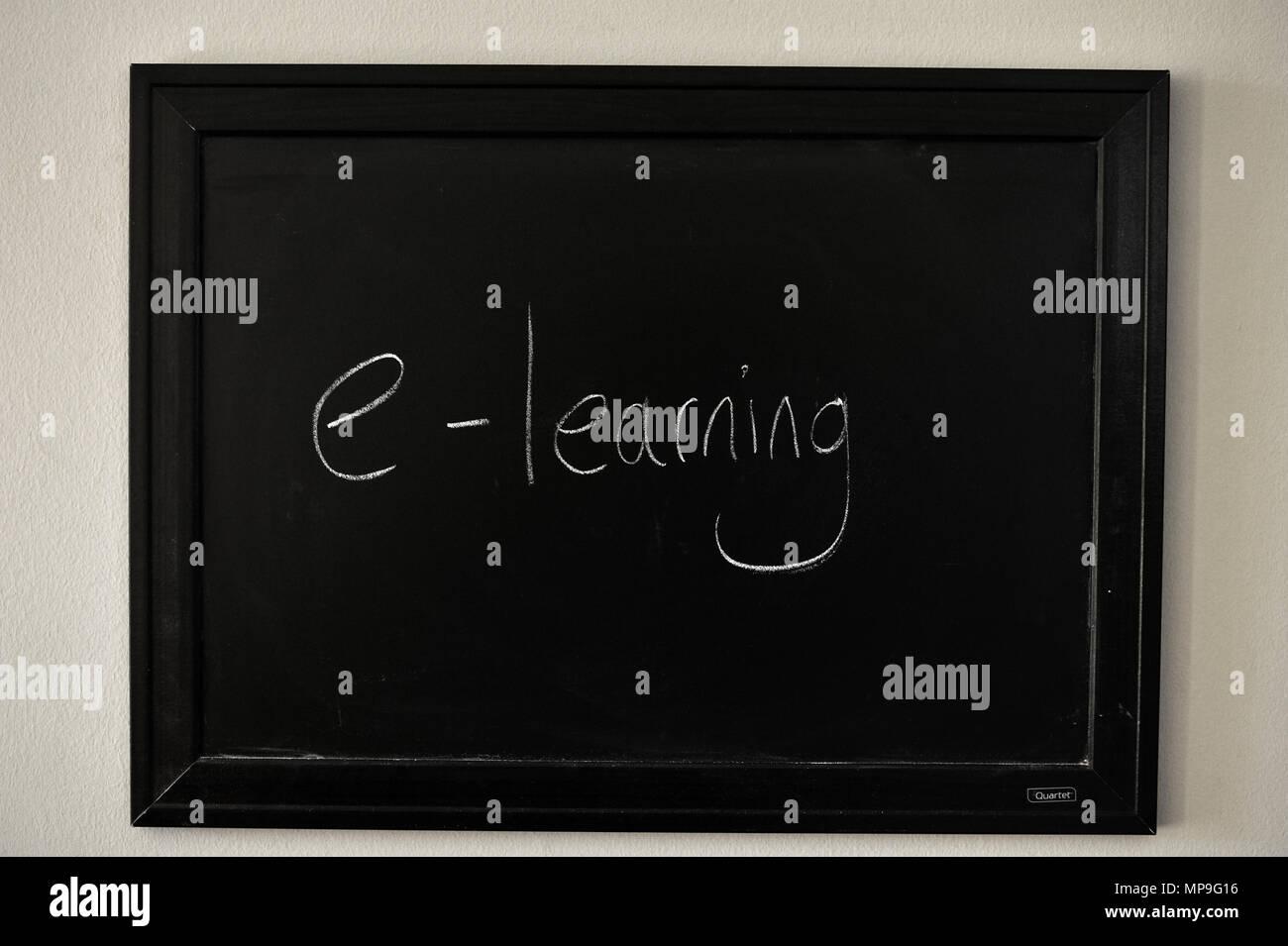E-learning escritos en blanco tiza en una pizarra en la pared. Foto de stock