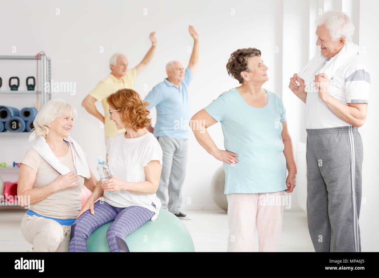 Anciano colocar personas llevando un estilo de vida saludable en un club de fitness Foto de stock