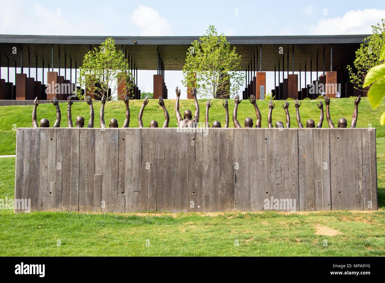 Levantarse por Hank Willis Thomas, 2016, el Memorial Nacional por la paz y la justicia o linchamiento Nacional Memorial, Montgomery, Alabama, EE.UU. Imagen De Stock
