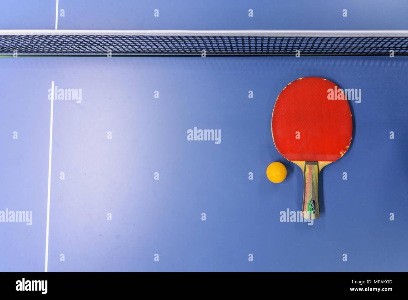 41848bc801 Un alto ángulo de visualización de raqueta de tenis de mesa y bola Imagen  De Stock