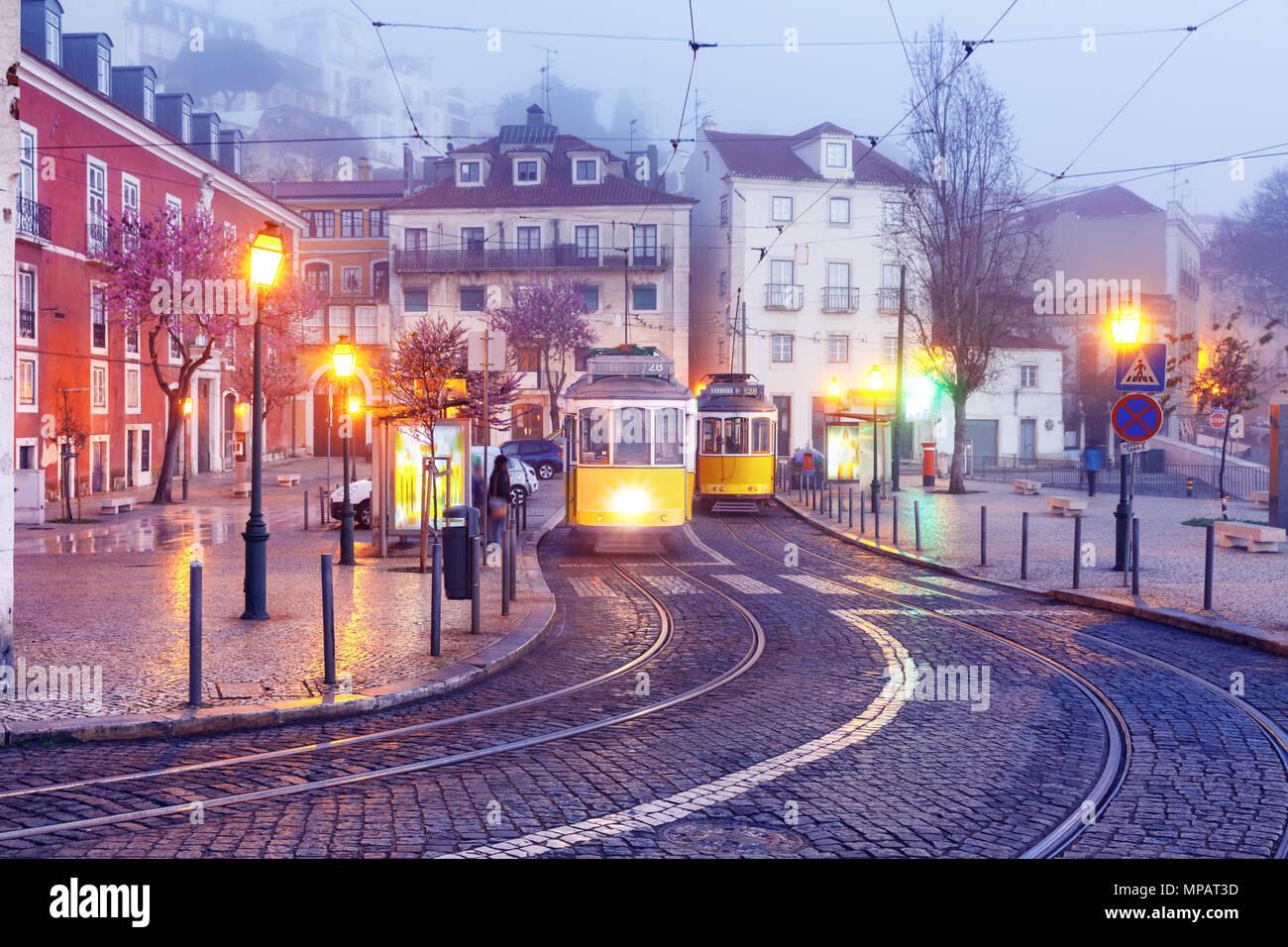 Amarillo 28 de tranvía en Alfama, Lisboa, Portugal Imagen De Stock