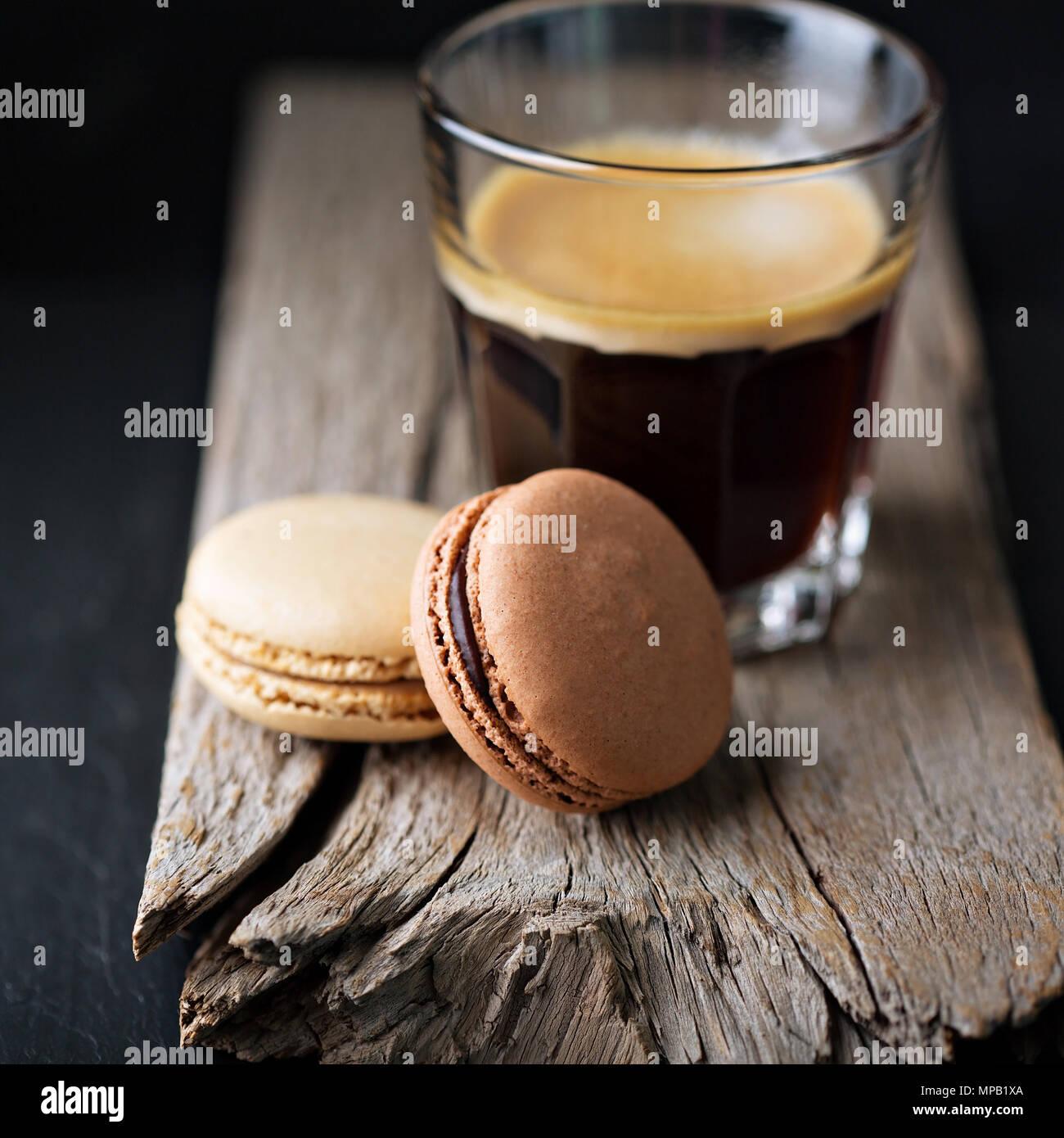 Macarons de chocolate y café Imagen De Stock