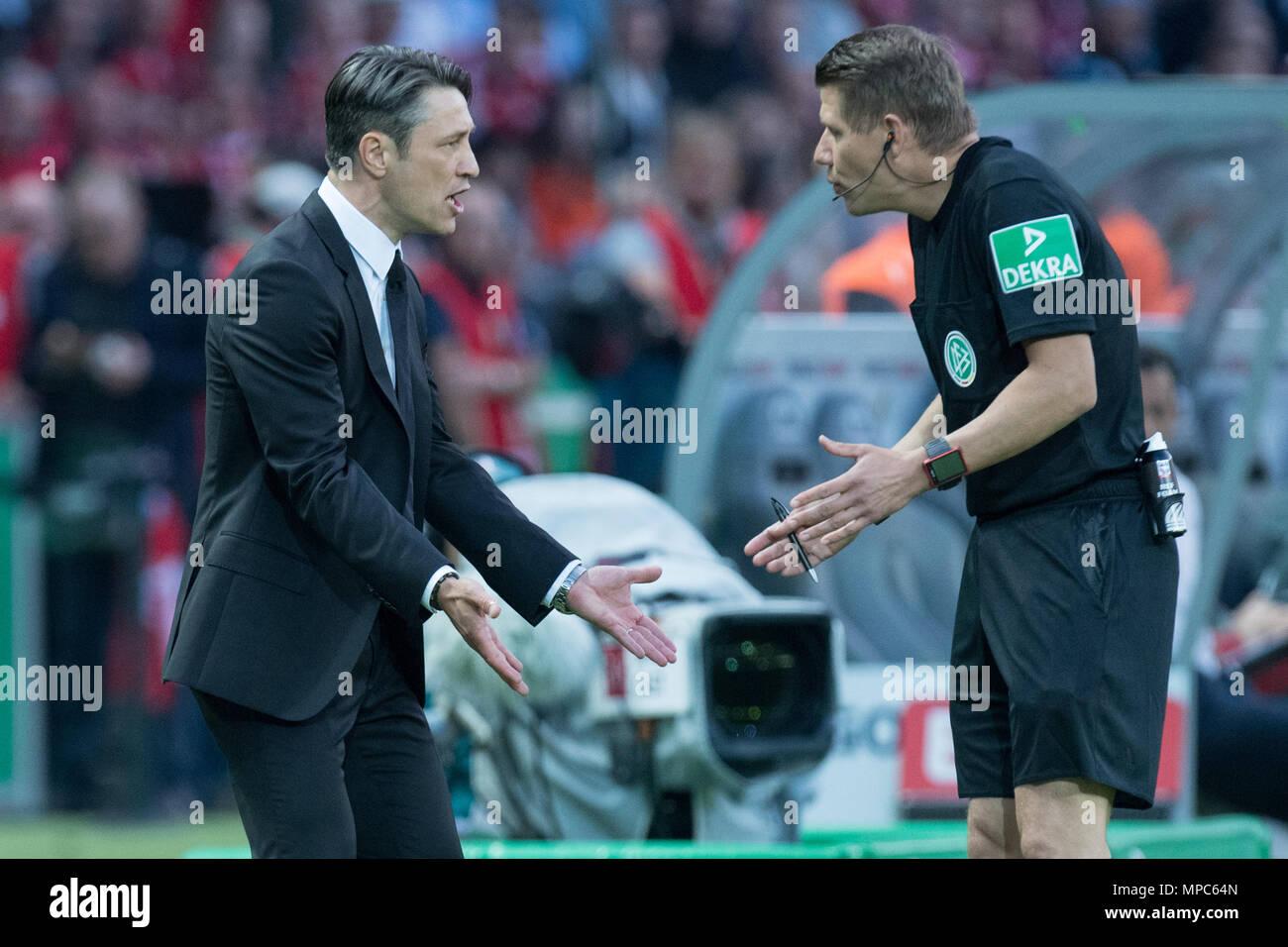 Entrenador Niko Kovac (izquierda, F) discute con el cuarto árbitro ...
